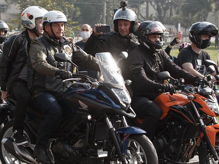 Bolsonaro participa de passeio de moto e causa aglomeração em São Paulo