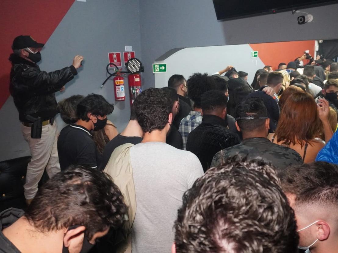 Operação flagra bar com festa clandestina para 200 pessoas em SP