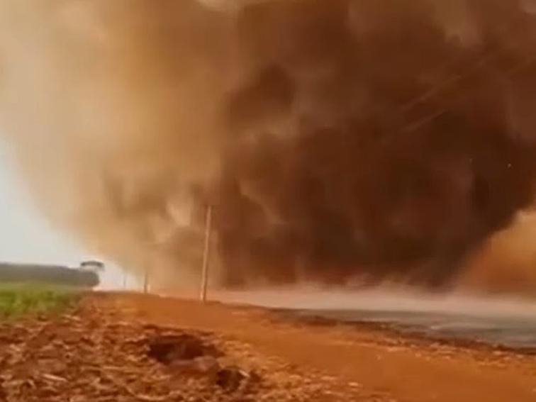 Redemoinho de areia se forma durante incêndio no interior de São Paulo; veja as imagens