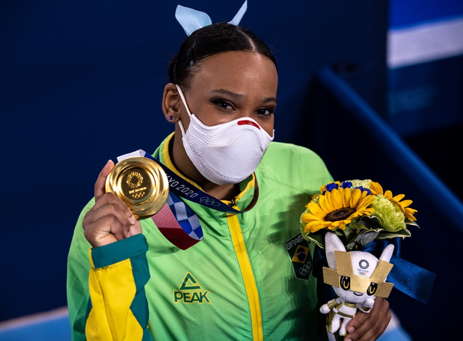 Rebeca Andrade exibe medalha de ouro conquistada no salto