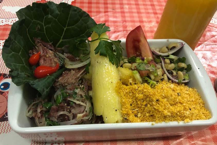 Carne-seca, mandioca, farofa e vinagrete de feijão | Band Receitas