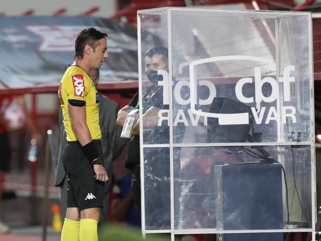 No Brasil, treinadores são parecidos, mas árbitros são diferentes