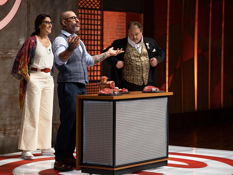 Henrique Fogaça explicou as regras da prova para os cozinheiros amadores