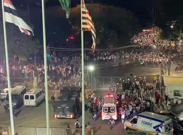 PM e torcedores do São Paulo entram em confronto na festa da vitória