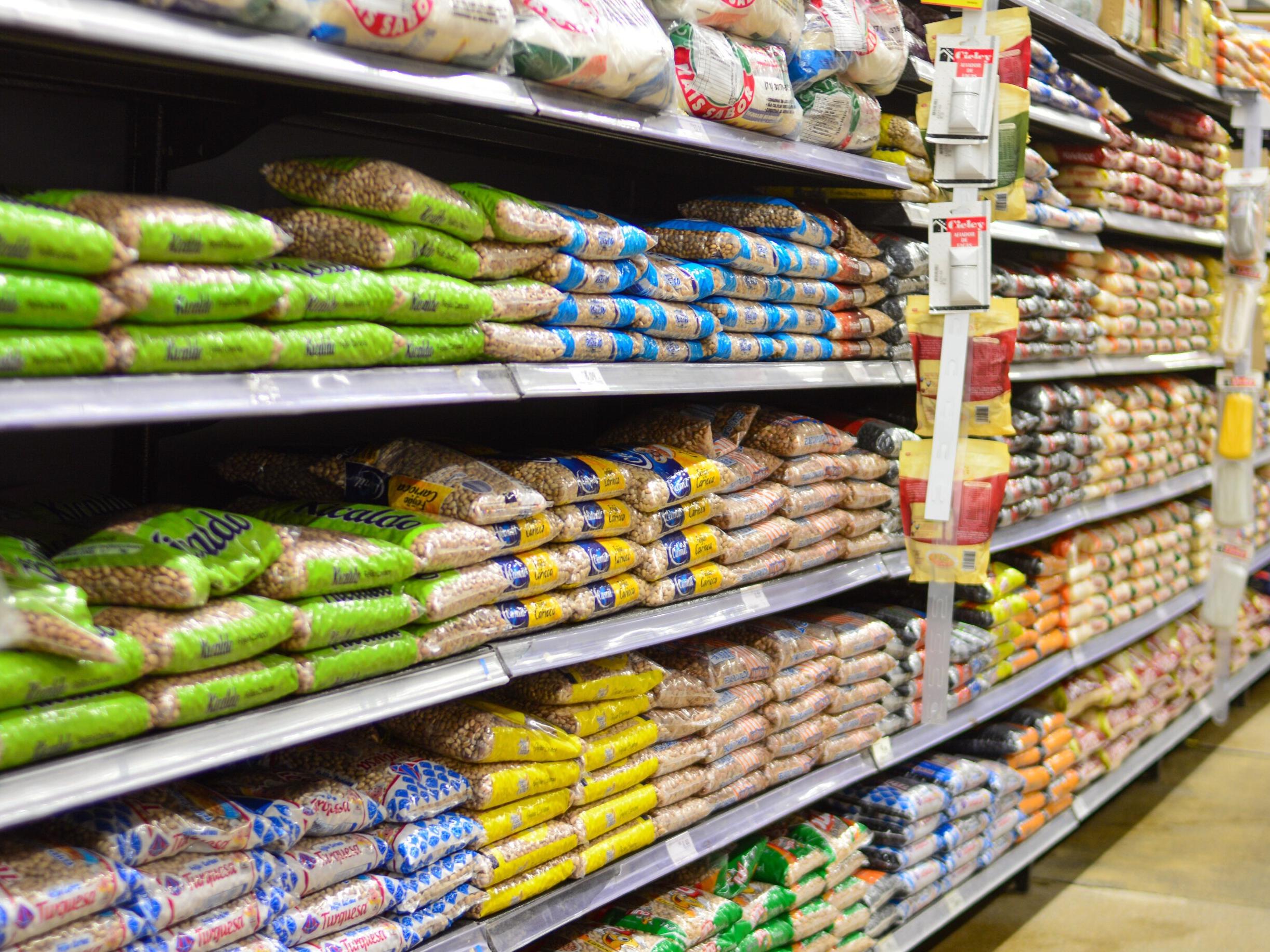Preços do arroz, feijão e óleo disparam e produtos básicos aumentam mais de 60%