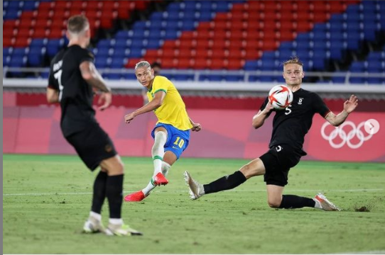 Richarlison marcou três gols na estreia da seleção masculina de futebol nos Jogos Olímpicos de Tóquio, no Estádio de Yokohama