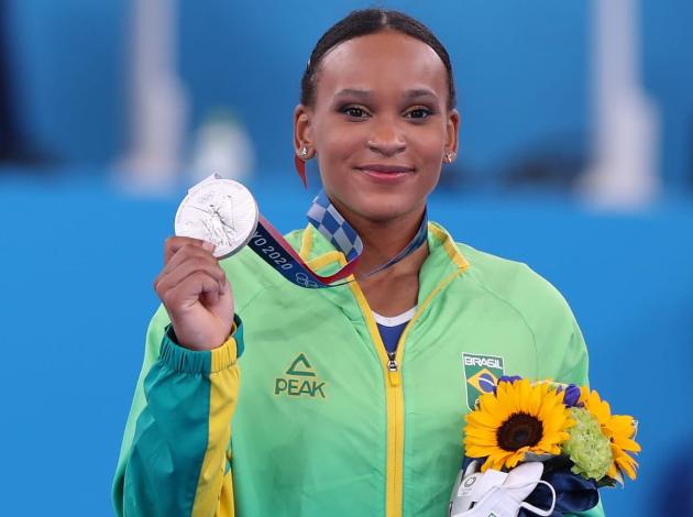 Brasil festeja baile de Rebeca, bronze de Mayra e vitórias no vôlei em Tóquio; veja resumo
