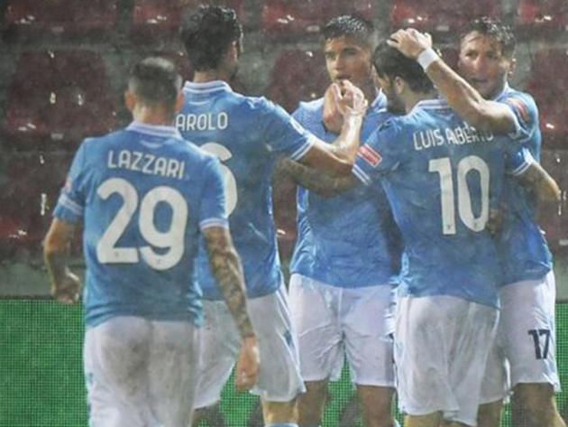 Jogadores da Lazio comemoram gol sob forte chuva em Crotone