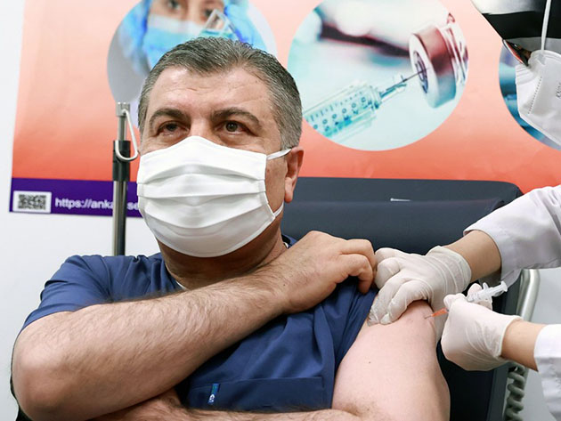 Ministro da saúde turco, Fahrettin Koca, recebe a primeira dose