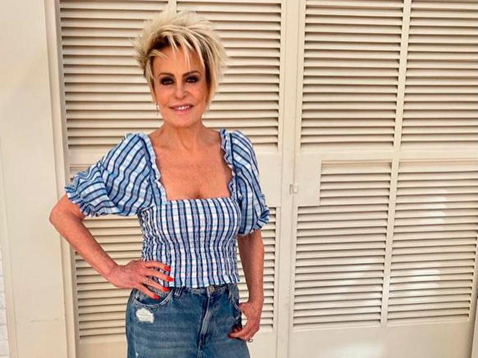 Ana Maria Braga posa de biquíni nas férias e ganha elogios