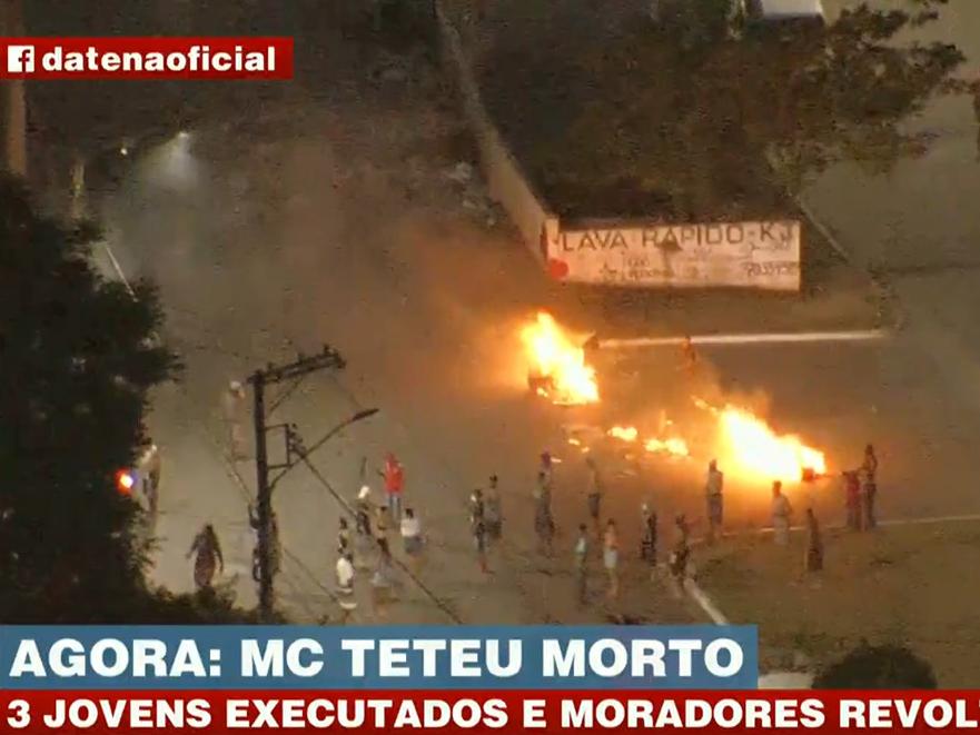 Manifestantes ateiam fogo em ruas do Jabaquara após morte de MC Teteu