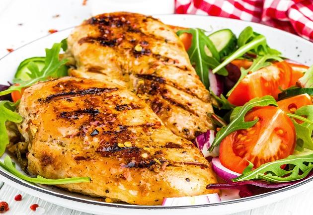 Sommelier dá dicas para harmonizar vinho e peito de frango sem secar a boca