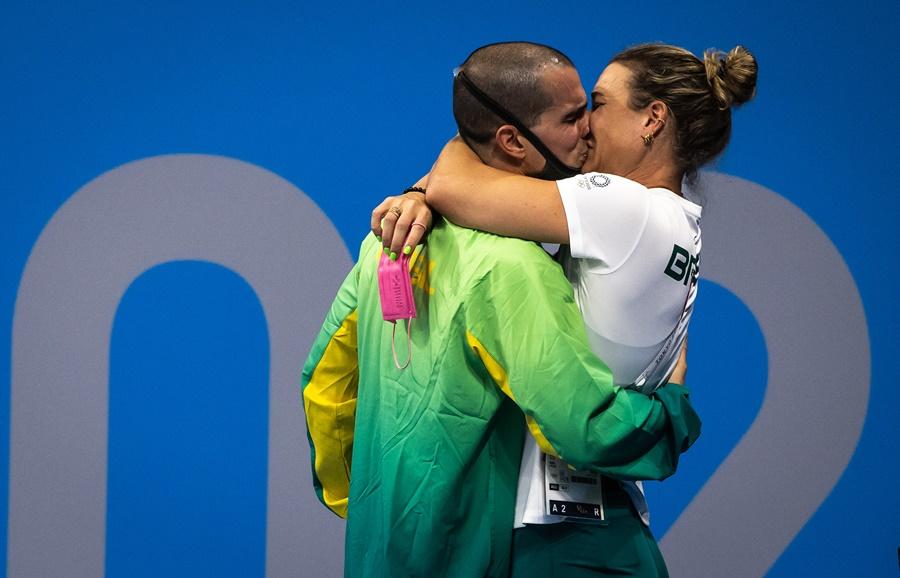 A prova, a medalha e os beijos: veja as fotos do bronze de Bruno Fratus em Tóquio