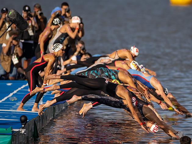 Última colocada da maratona aquática, argelina mostra persistência e completa prova sob aplausos