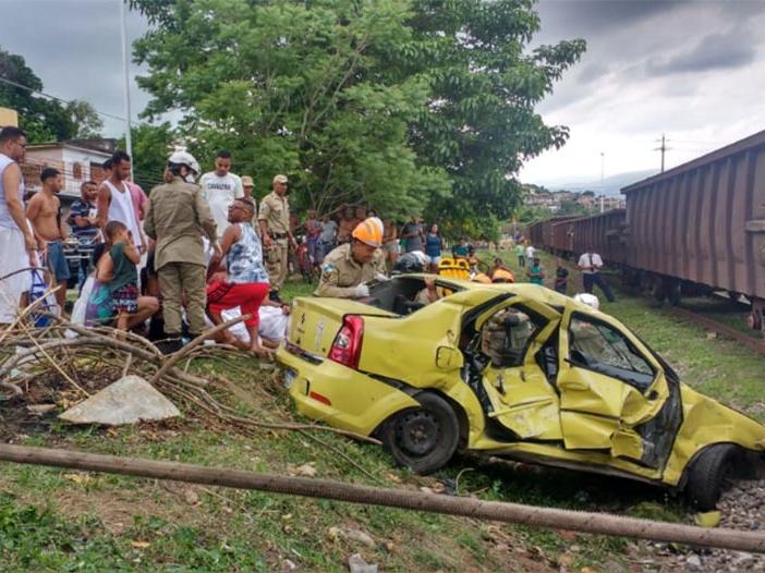 Trem de carga atinge veículo e seis pessoas ficam feridas no RJ