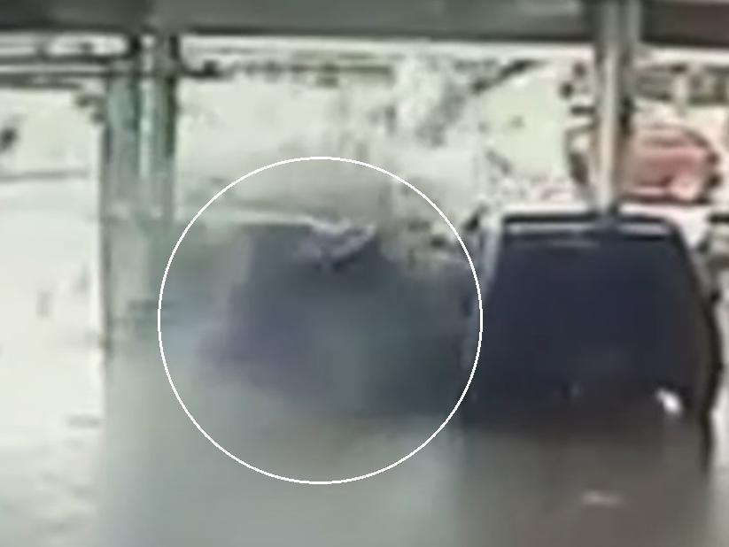 Motorista perde controle e invade loja de carros em Mogi das Cruzes (SP)