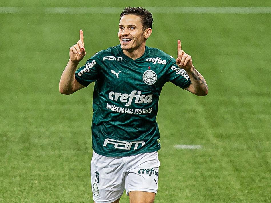 Raphael Veiga comemora gol sobre o Corinthians
