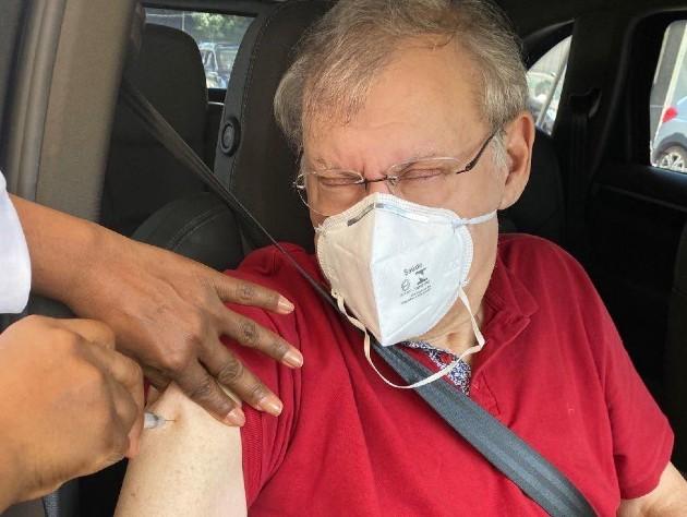 Milton Neves recebe 1ª dose da vacina contra covid-19