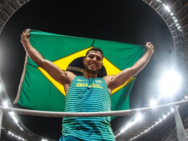 """Thiago Braz festeja bronze após ciclo complicado: """"Essa medalha tem gosto de ouro"""""""