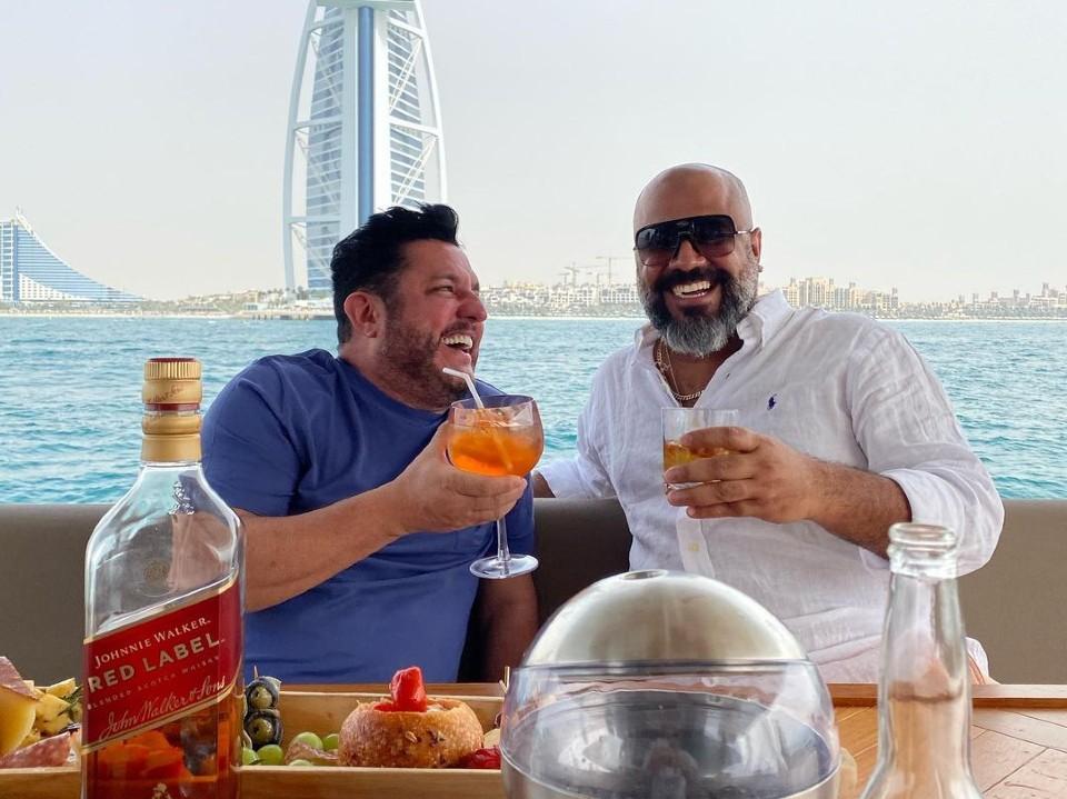 Bruno, da dupla com Marrone, publica foto em Dubai com foragido da Justiça