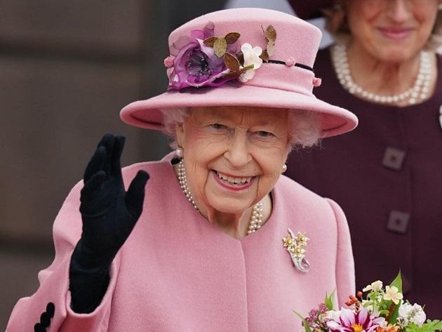 Rainha Elizabeth passou noite no hospital após cancelar viagem à Irlanda do Norte