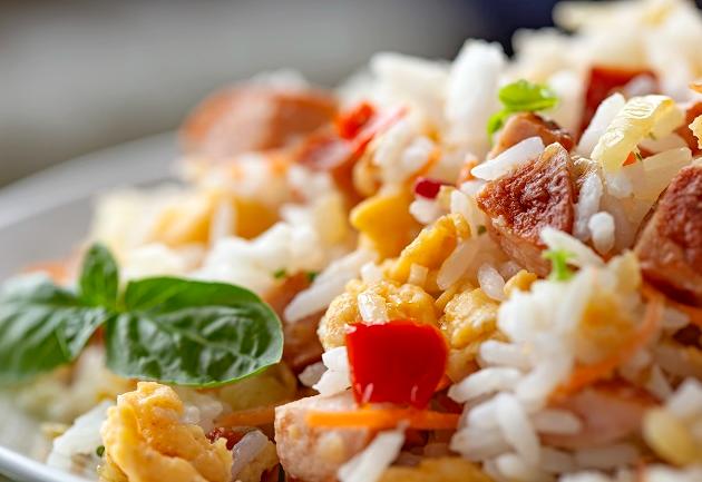 Refeição completa: risoto camponês leva arroz, feijão e linguiça no modo de preparo
