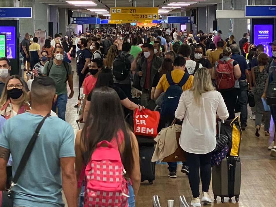 Aeroporto de Cumbica, em Guarulhos, tem aglomeração de passageiros e filas
