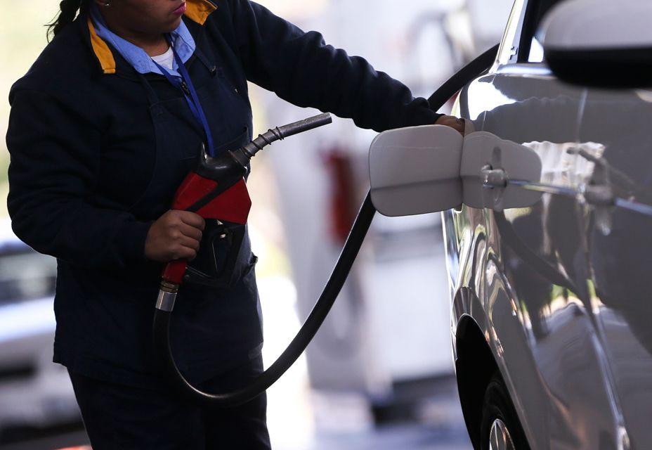 """""""Preço da gasolina nas refinarias no Brasil é menor que a média mundial"""", diz especialista"""