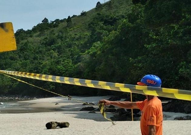 Prefeitura, Defesa Civil e Cetesb realizam vistoria na praia de Maresias após vazamento de Diesel no local