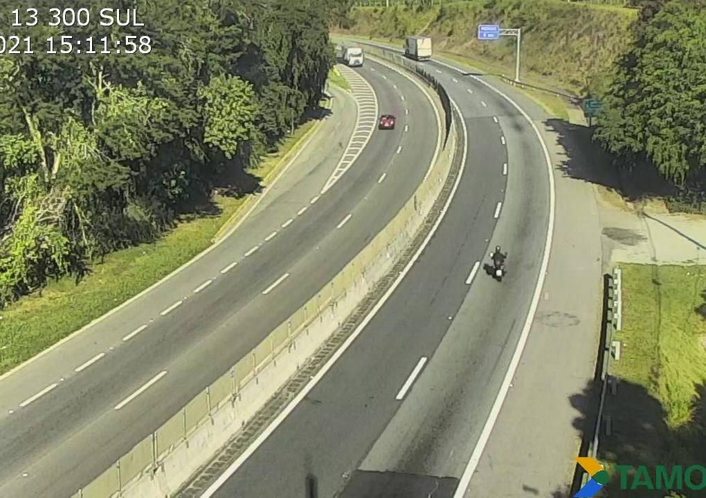 Passagem de caminhão com carga especial interdita trânsito na Tamoios na madrugada desta sexta-feira (7)