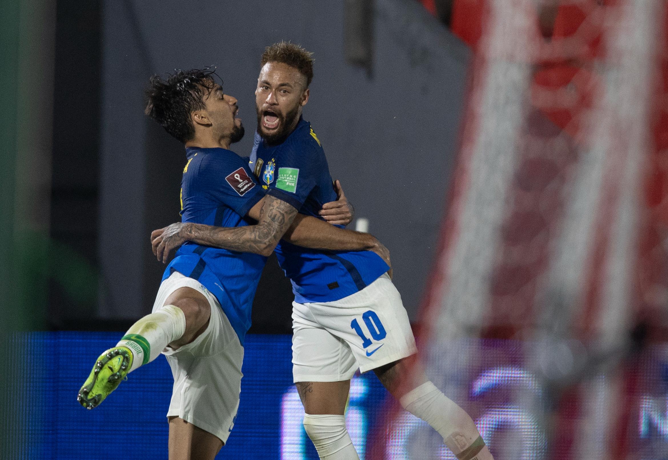 Seleção brasileira chega a São Paulo após vitória e manifesto