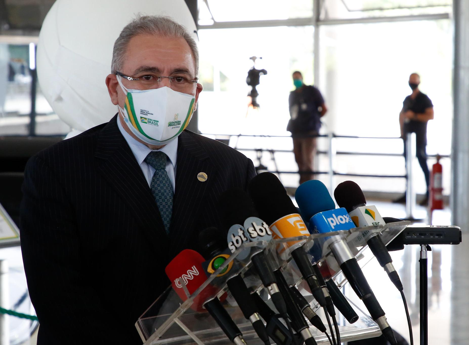 Ministro quer vacinar 1 milhão de pessoas por dia em abril