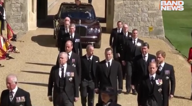 William e Harry são separados em cortejo do funeral de Philip