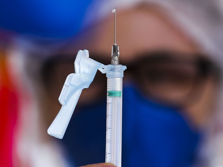 Termo de ciência é uma mera formalidade, diz secretária sobre intercambialidade de vacinas