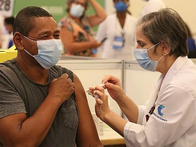 """""""A melhor vacina é a que está sendo aplicada no seu braço"""", reforça presidente da SBIm"""