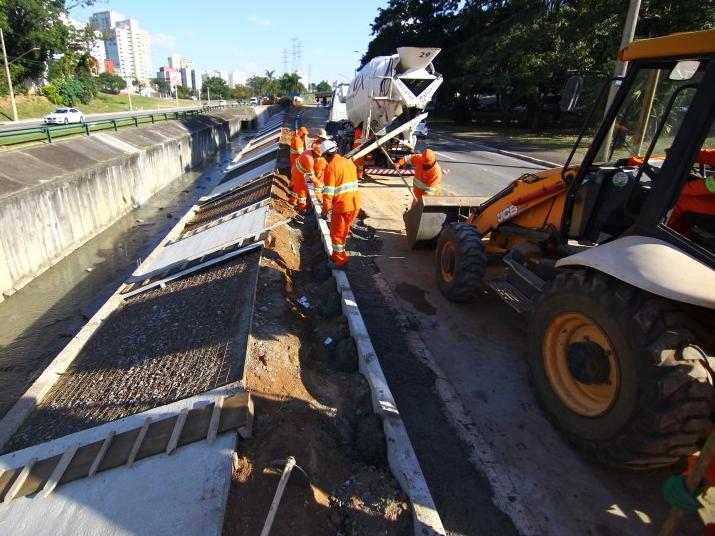 Serviço de recapeamento interdita faixas na Avenida Teotônio Vilela em São José dos Campos