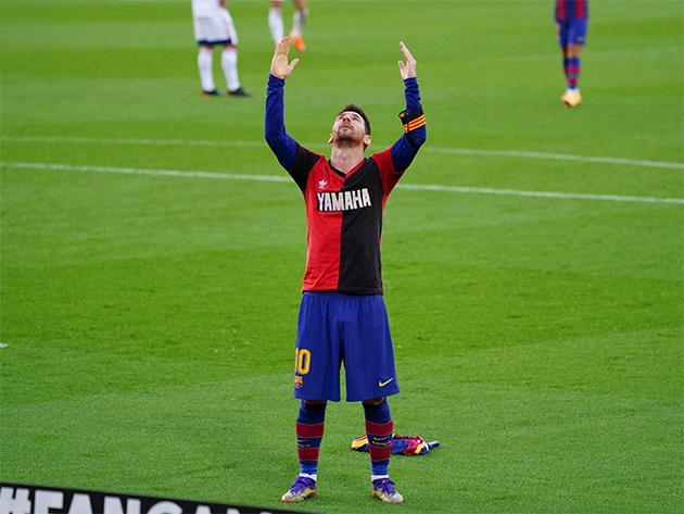 Messi exibiu camisa do Newell's Old Boys, clube onde foi revelado e que Maradona atuou
