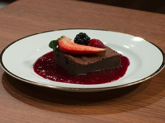 Bolo de chocolate com calda de frutas vermelhas | Band Receitas