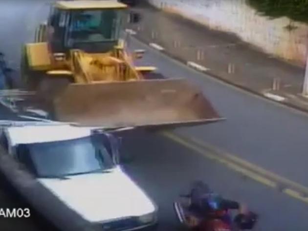 Trator desgovernado atinge carros e casas em Diadema; veja as imagens