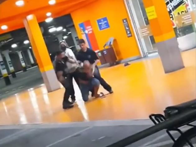 Seguranças espancam homem negro até a morte em supermercado