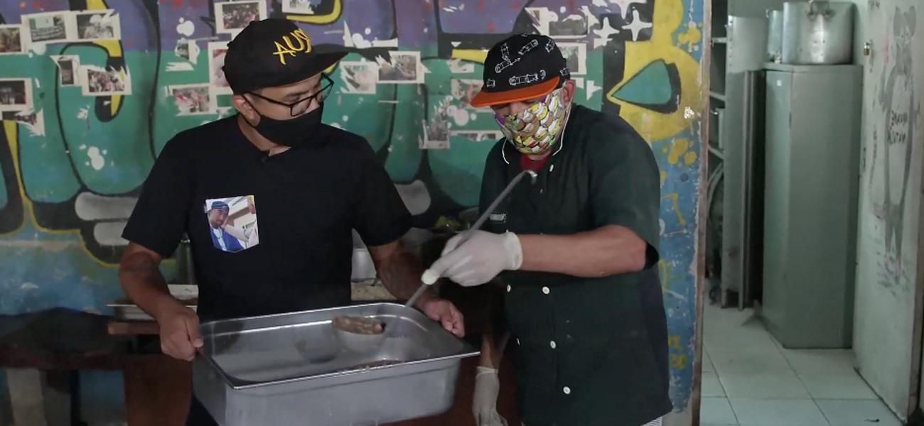 MORADORES DE RUA FAZEM CEIA DE NATAL EM SP