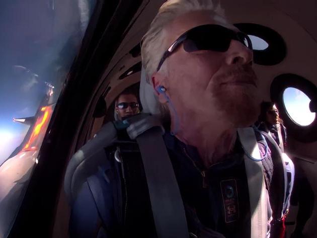 """Richard Branson """"vence"""" Elon Musk e é primeiro bilionário a ir ao espaço"""