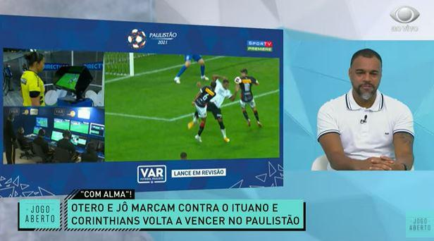 """""""Vergonhoso"""": Renata e Denílson criticam demora do VAR em vitória do Timão"""