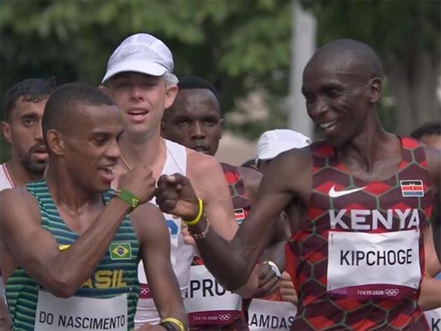 Daniel Nascimento briga pela liderança da maratona, mas passa mal e abandona; Kipchoge vence