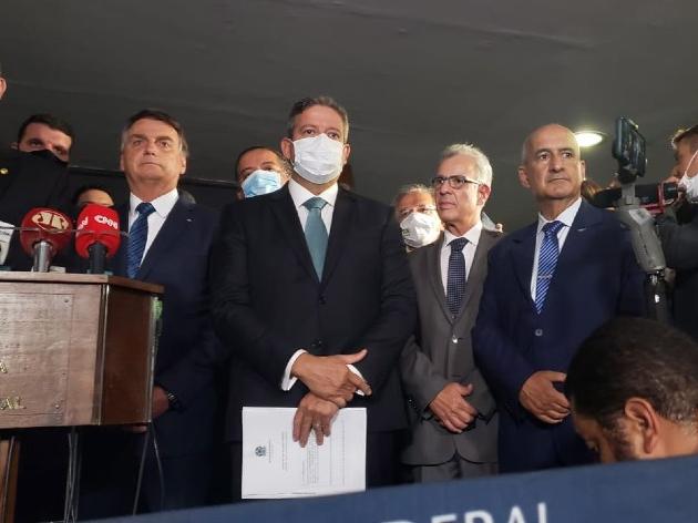 O presidente Jair Bolsonaro, o presidente da Câmara dos Deputados Arthur Lira, Bento Albuquerque e Eduardo Ramos durante entrega de MP da Eletrobras
