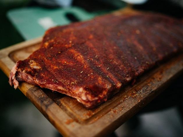 Essa receita de costela de porco com molho pode ser feita no forno ou na churrasqueira; anote