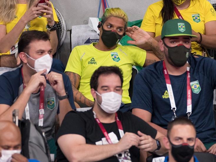 """Acordada desde 2h30, Ana Marcela vai a jogo Brasil x Rússia: """"pé quente"""""""