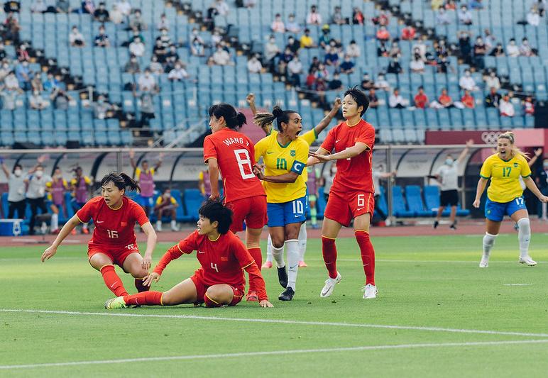 Com dois gols de Marta, Brasil vence a China por 5 a 0 na estreia da Olimpíada