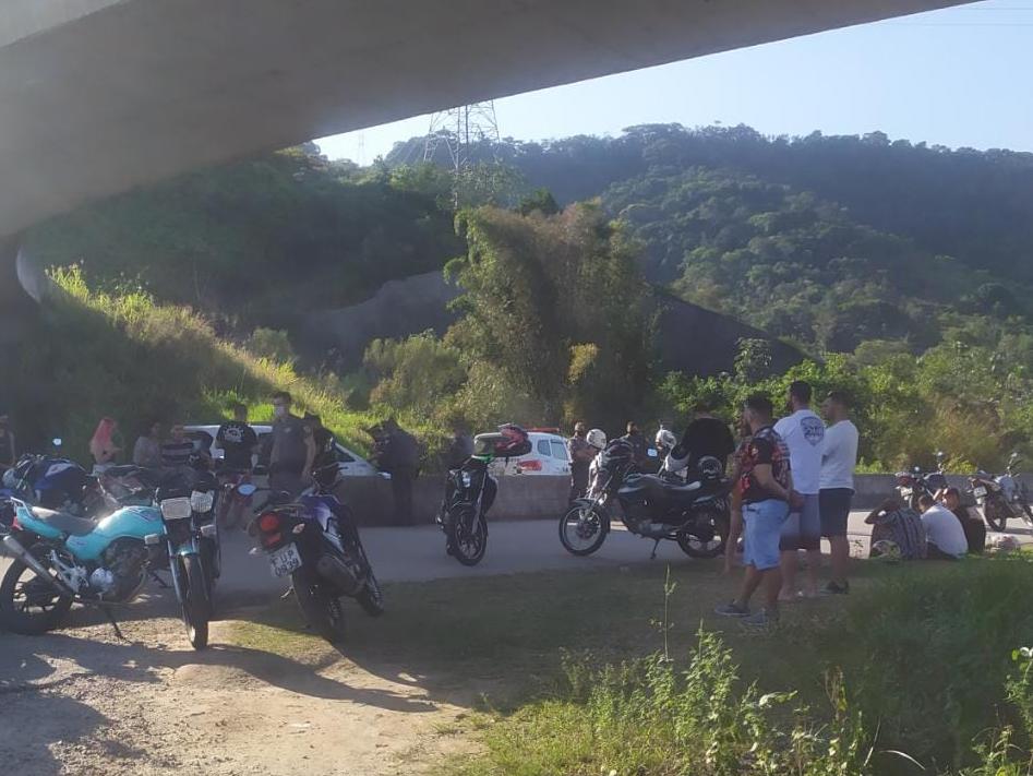 Polícia Militar apreende 15 motos em evento clandestino, em Caraguatatuba