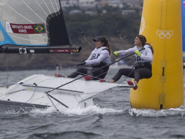 Campeãs na Rio-2016, Martine e Kahena avançam à Medal Race na liderança da 49er FX